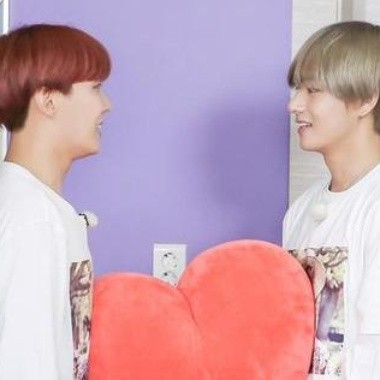 V y J-Hope sufrieron un accidente presentando 'Black Swan' (VIDEO)